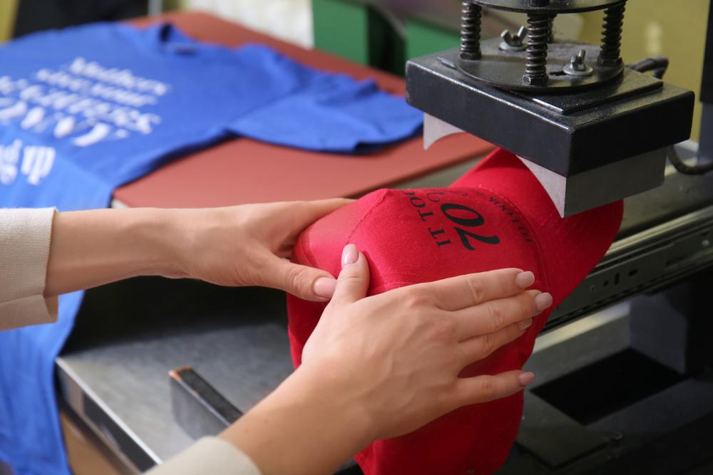 Accesorii vestimentare personalizate prin tehnica serigrafica